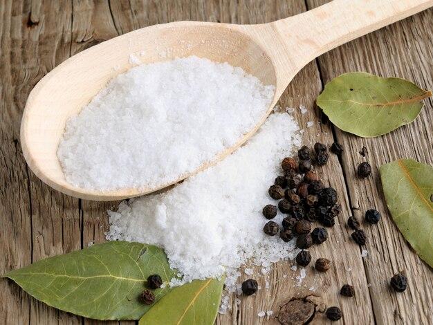 Salz im löffel auf holz