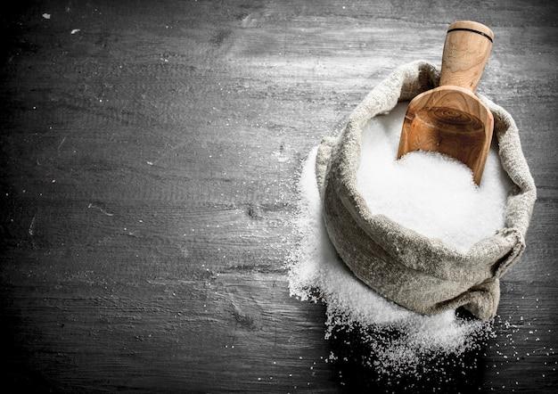 Salz in einer alten tüte. auf der schwarzen tafel.