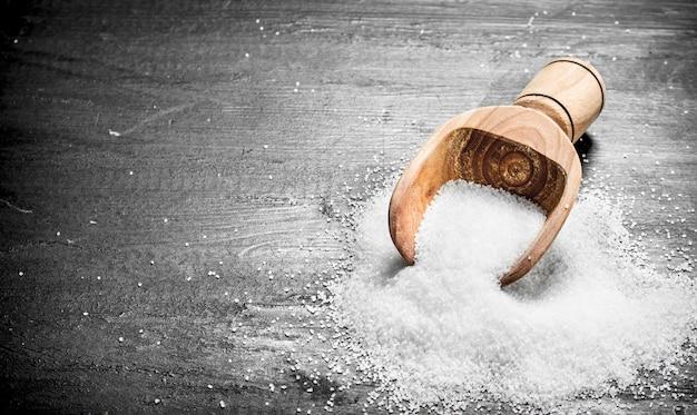 Salz in einer holzschaufel.