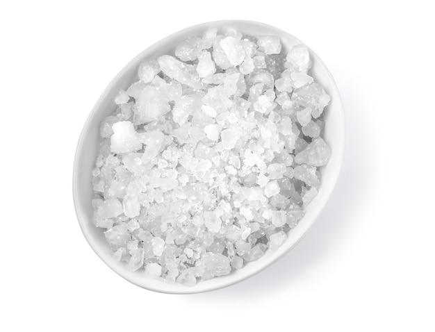 Salz in einer schüssel lokalisiert auf weißem hintergrund mit beschneidungspfad