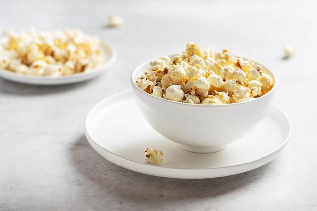 Salz popcorn in der leichten schüssel