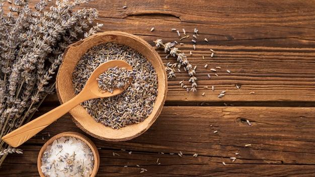 Salz und lavendel zerdrückte blätter