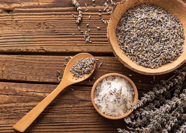 Salz und lavendel zerdrückten blätter auf hölzernem hintergrund
