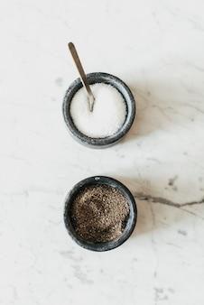 Salz und pfeffer auf weißem tisch