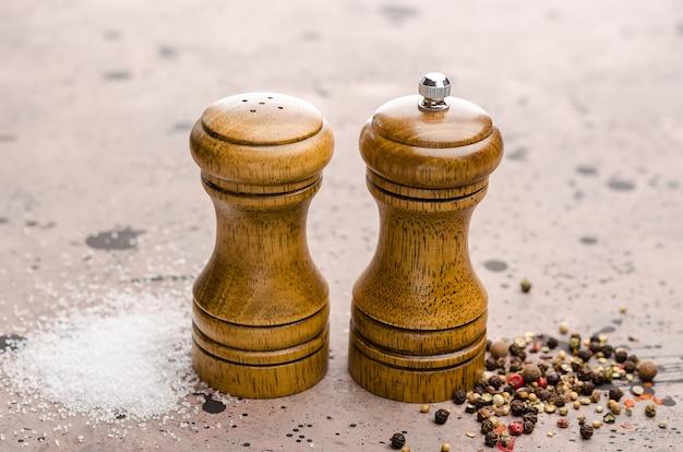 Salz- und pfefferstreuer aus holz. gewürzsalz und pfeffer auf dem tisch.