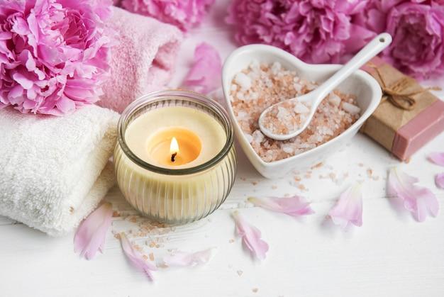 Salz- und pfingstrosenblüten einmassieren
