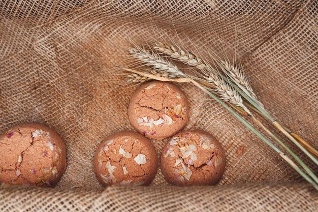 Salzbadbomben, aromatherapie-salz, handgemachte seife auf sackleinen in warmen farben