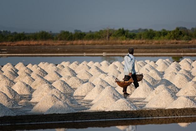 Salzbauern tragen salz in den schuppen