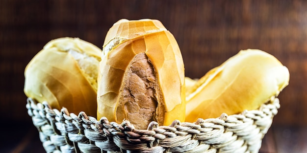 Salzbrot aus der brasilianischen bäckerei, genannt französisches brot, im korb mit holzoberfläche