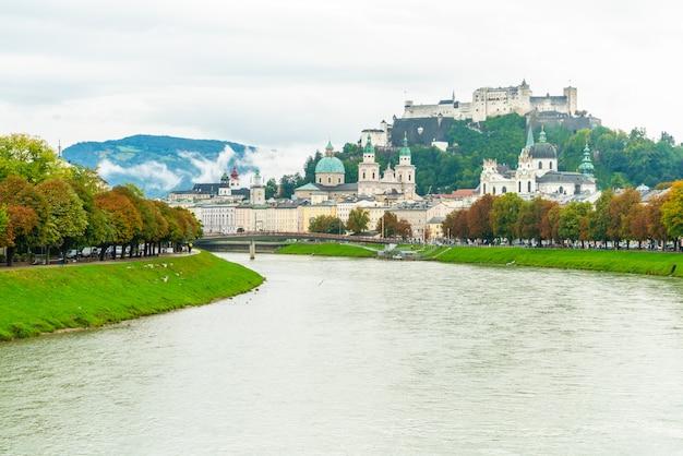 Salzburg stadt mit festung hohensalzburg und salzach