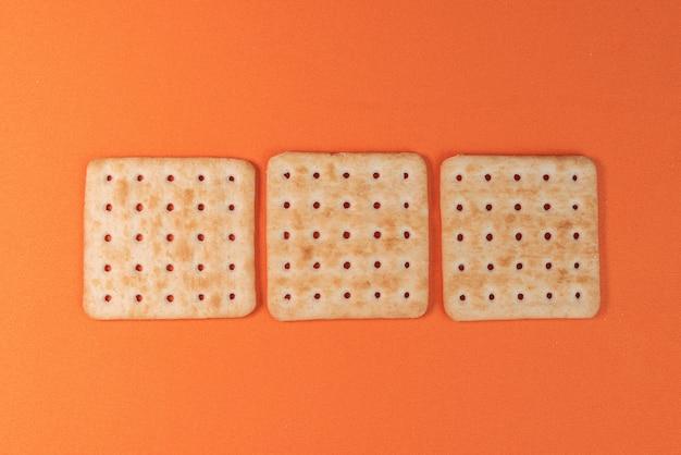 Salzcracker auf dem orangefarbenen tisch