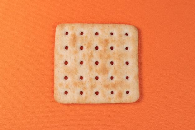 Salzcracker auf dem orangentisch