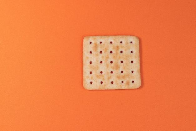 Salzcracker auf orangem hintergrund