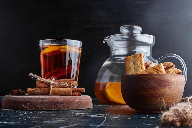 Salzige cracker mit einem glas tee.