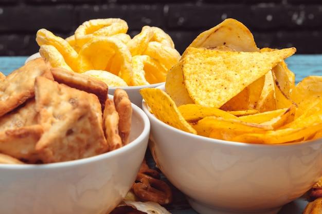 Salzige snacks. brezeln, pommes, cracker. ungesunde produkte