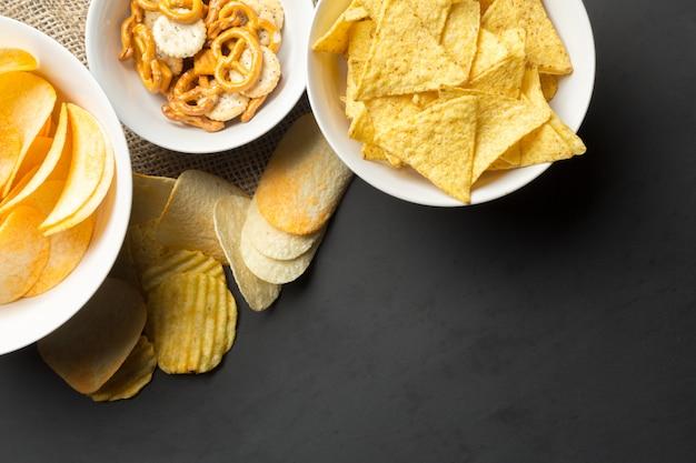 Salzige snacks. brezeln, pommes, cracker