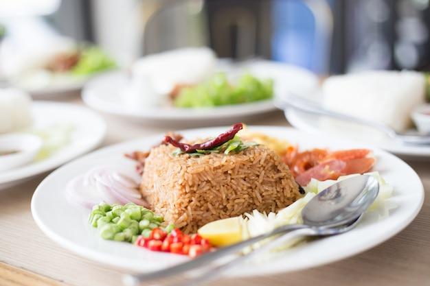 Salziges braun briet thailändischen gebratenen reis mit sortiertem süßem schweinefleisch und gemüse