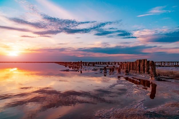 Salzseewasserverdampfungsteiche mit rosa planktonfarbe
