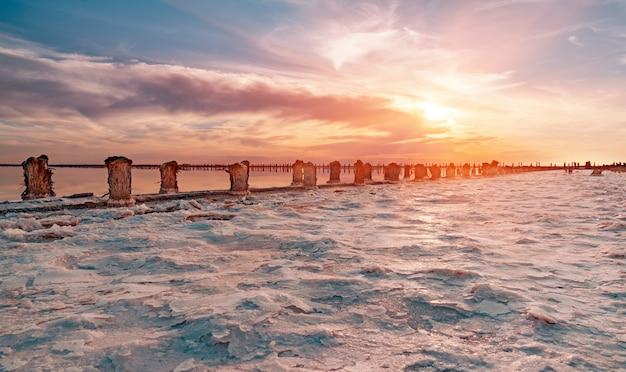 Salzseewasserverdunstungsbecken mit rosa planktonfarbe