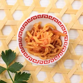 Sambal mangga muda unreifes mango-relish aus west-java, serviert auf mini-teller draufsicht