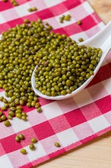 Samen der grünen bohne auf tabelle.
