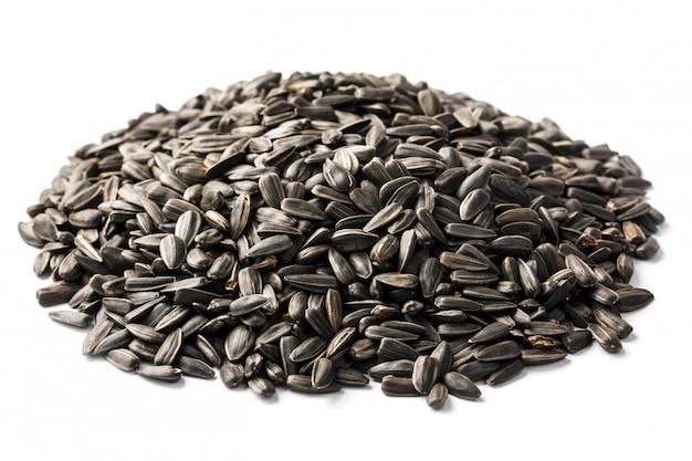 Samen in einer schwarzen schale sind ein bündel auf weiß