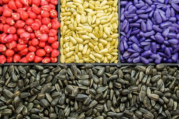 Samen sonnenblumenkerne, mais, radieschen. lackierte agro-farbe zum sortieren und etikettieren