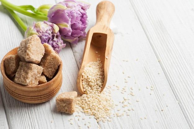 Samen von sesam und braunem zucker