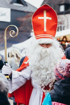 Samichlaus ein traditioneller charakter am 6. dezember auf dem weihnachtsmarkt in der schweiz