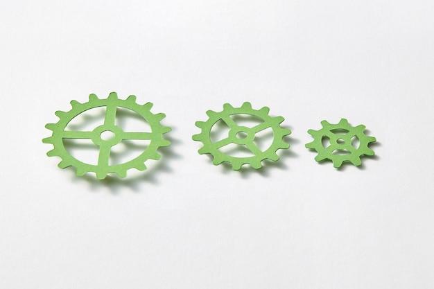Sammelmaschinenausrüstung unterschiedlicher größe handgefertigt aus farbpapier auf weißem hintergrund mit schatten, kopierraum.