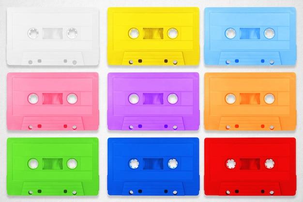 Sammlung bunte bandplätze der retro- kassette auf weißem hintergrund. Premium Fotos