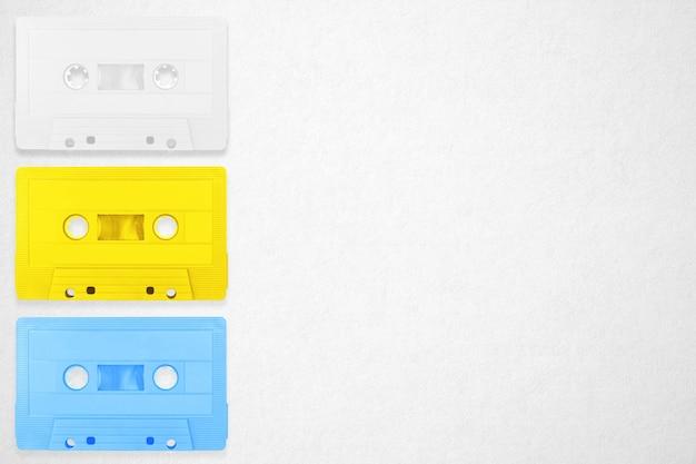 Sammlung bunte bandplätze der retro- kassette auf weißem hintergrund.