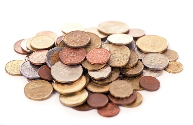 Sammlung der münzen auf dem weißen hintergrund