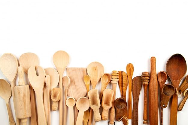 Sammlung hölzerne küchengeräte über weißem hintergrund