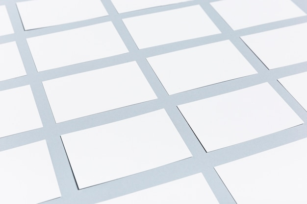 Sammlung leere visitenkarten auf purpurroter tabelle