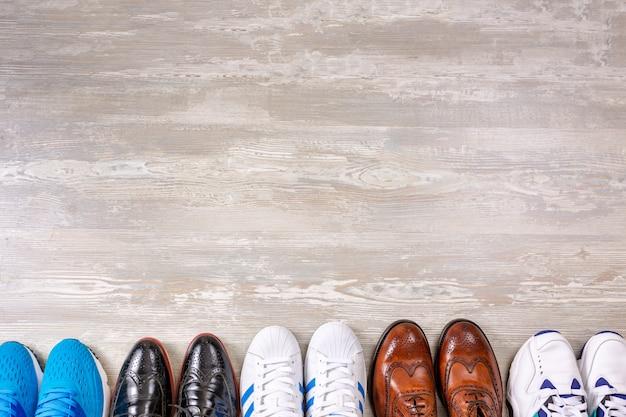 Sammlung männlicher schuhe auf hölzernem hintergrund. herrenmode lederschuhe flach liegen