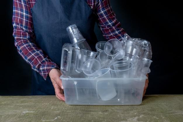 Sammlung plastikgeschirr utensilien hand schwarz hintergrund container geschirr