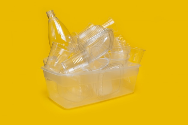 Sammlung plastikgeschirr utensilien weiß gelb hintergrundbehälter geschirr
