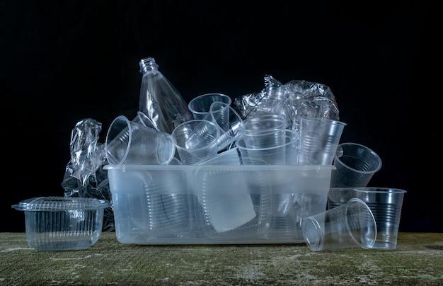Sammlung plastikgeschirr utensilien weiß schwarz hintergrund behälter geschirr