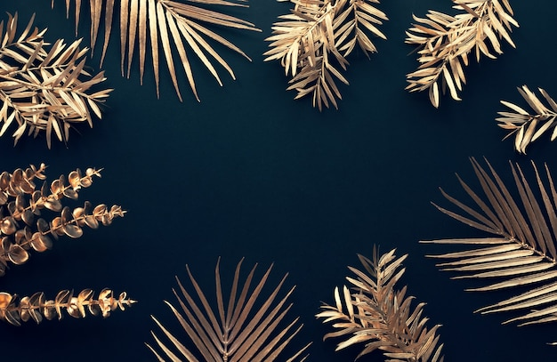 Sammlung tropischer blätter in goldfarbe auf schwarzraumhintergrund. abstraktes blatt
