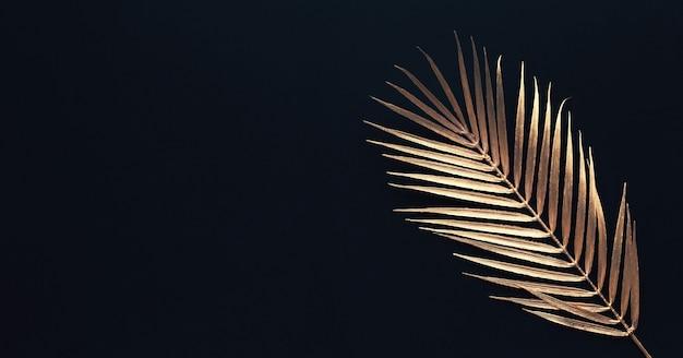 Sammlung tropischer blätter in goldfarbe auf schwarzraumhintergrund. abstraktes blattdekorationsdesign. flache laienkunst