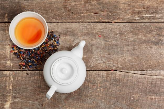 Sammlung verschiedene tees in den schalen mit teeblättern