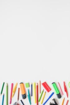 Sammlung verschiedener schulbedarf auf weißem schreibtisch
