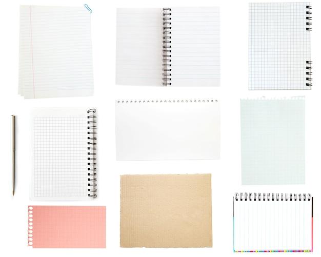 Sammlung von altem briefpapier auf weißer oberfläche.