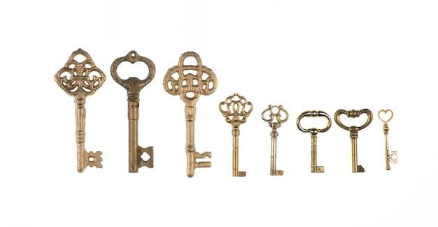 Sammlung von alten goldenen schlüsseln isoliert auf weißem hintergrund