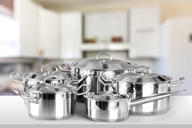 Sammlung von aluminiumpfannen auf holztisch