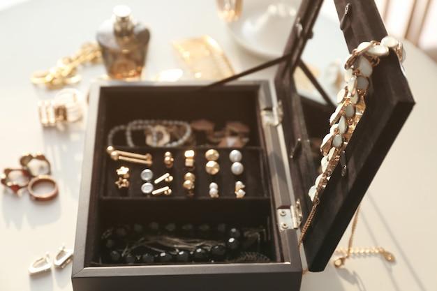 Sammlung von bijouterie in schmuckschatulle