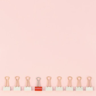 Sammlung von büroklammern mit nur einer roten