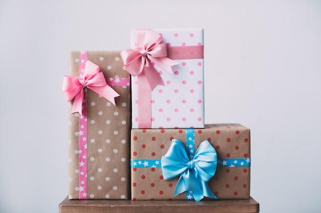 Sammlung von bunten geschenkboxen mit band für geburtstagsfeier, weihnachten, valentinstag, party.