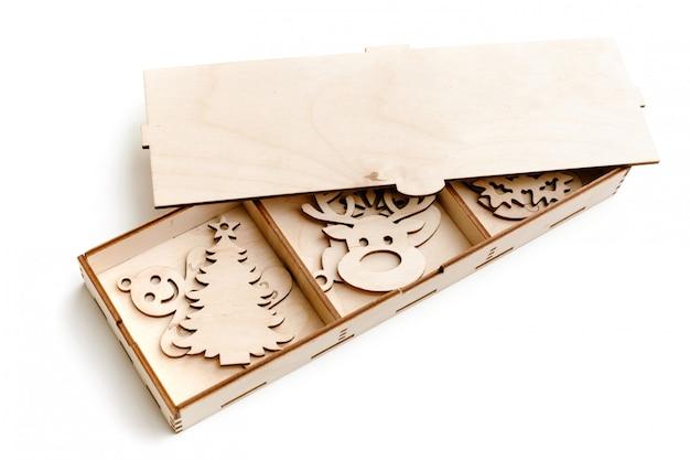 Sammlung von dekorationen auf dem weihnachtsbaum aus sperrholz in form von verschiedenen symbolen des neuen jahres. ich